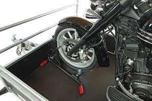 bloque roue standard dans une remorque moto